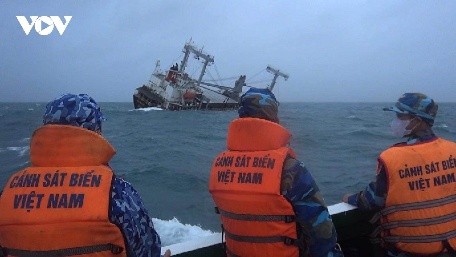Đưa 11 thuyền viên tàu Xin Hong bị nạn vào bờ