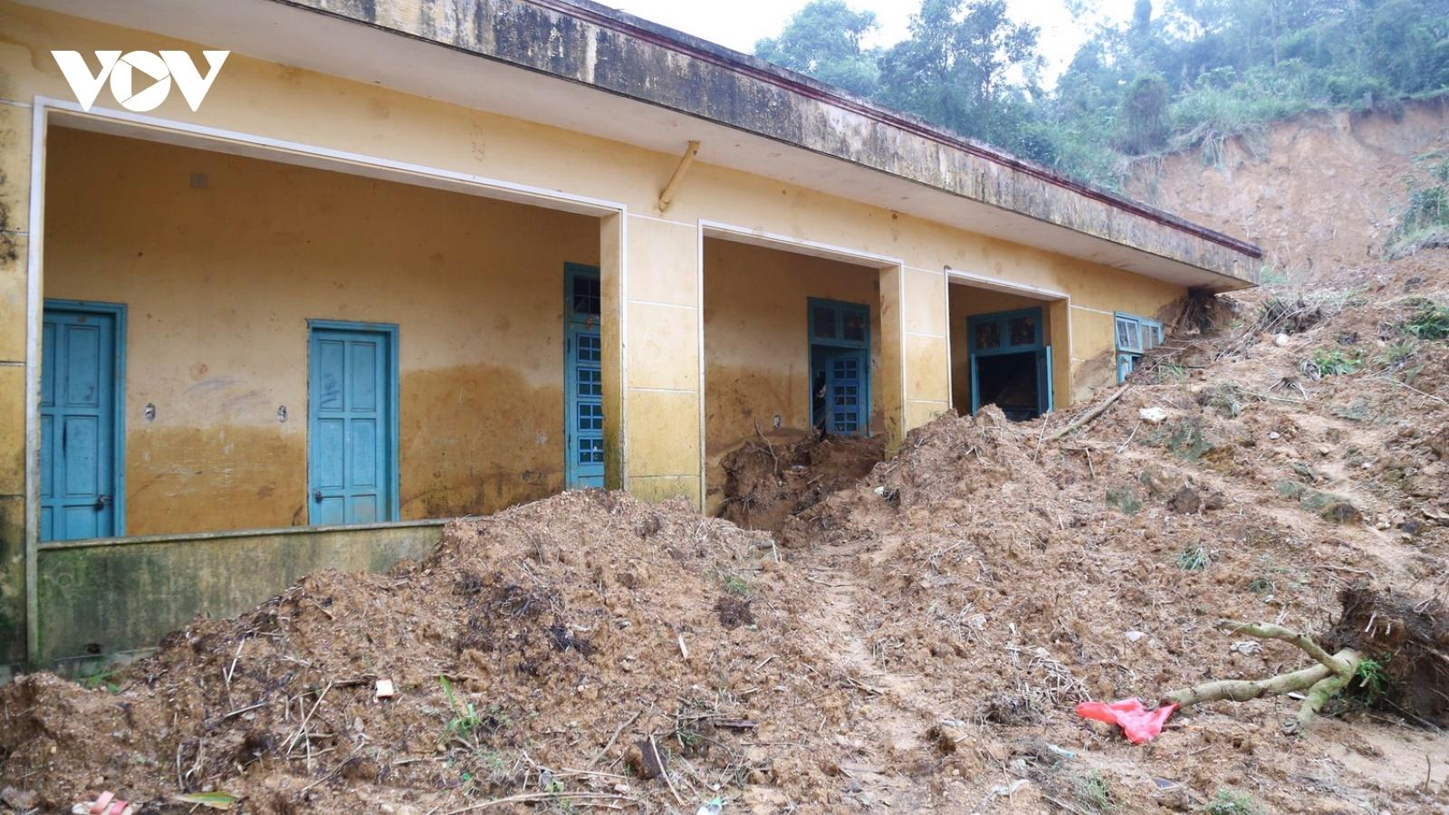 Nhà bán trú bị vùi lấp, học sinh miền núi xin ở nhà dân để đi học