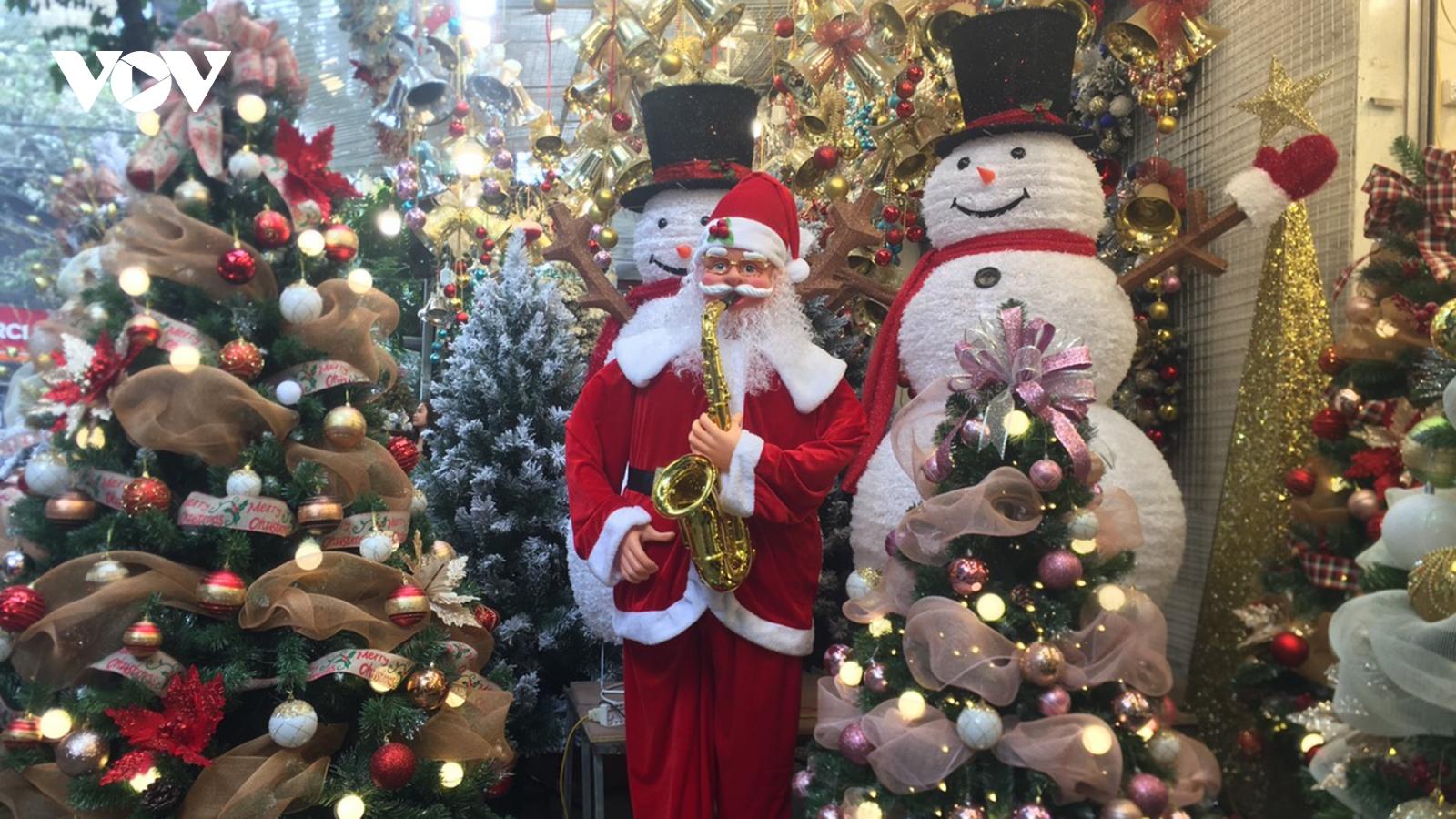 Phố Hàng Mã nhộn nhịp người bán, kẻ mua đồ trang trí Giáng sinh