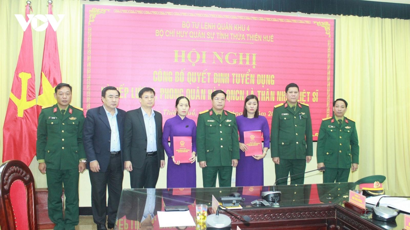 Tuyển dụng, trao quân hàm quân nhân chuyên nghiệp cho thân nhân liệt sĩ Rào Trăng 3