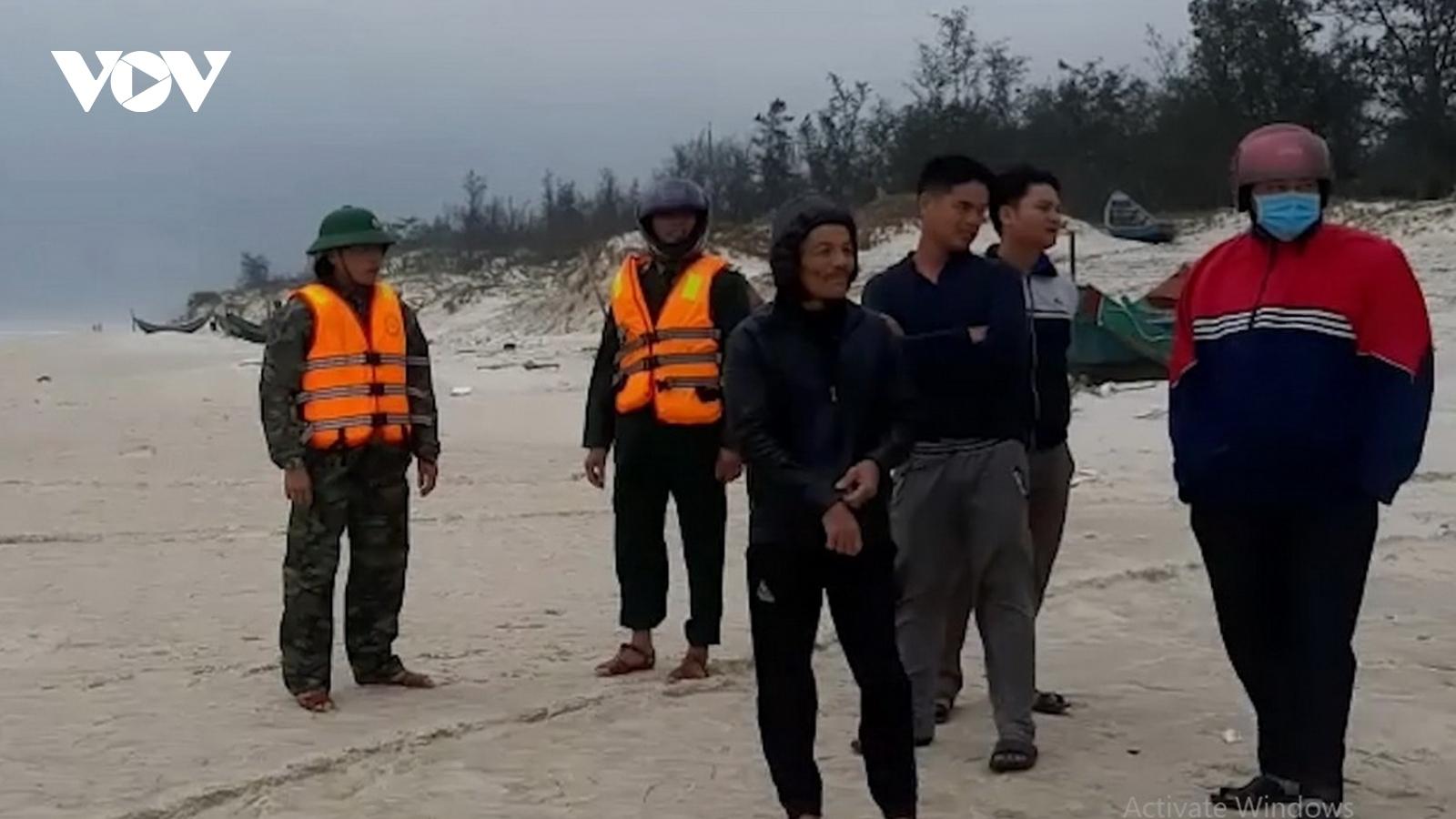 Sóng đánh chìm thuyền nan, 2 ngư dân mất tích