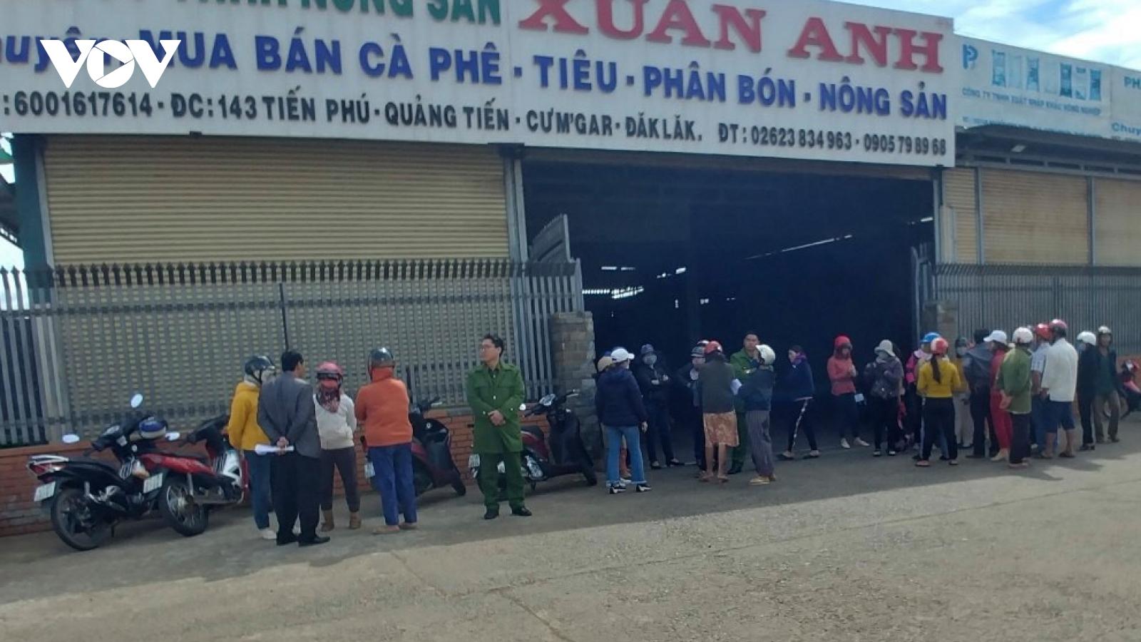 Hàng chục người dân bao vây công ty nông sản nghi vỡ nợ