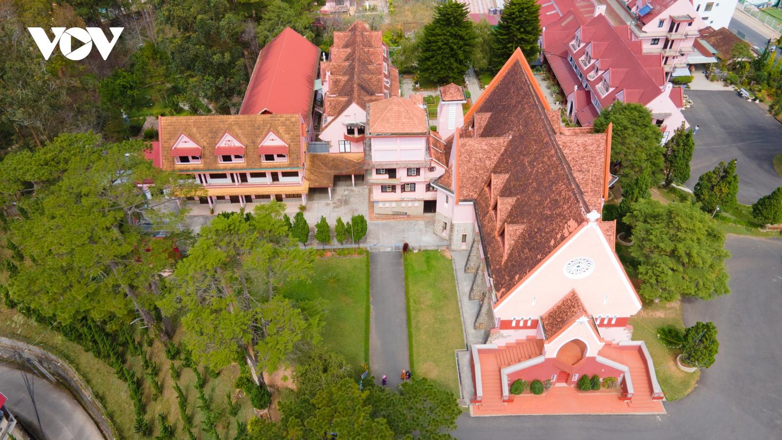 """""""Check-in"""" nhà thờ màu hồng tuyệt đẹp tại Đà Lạt"""