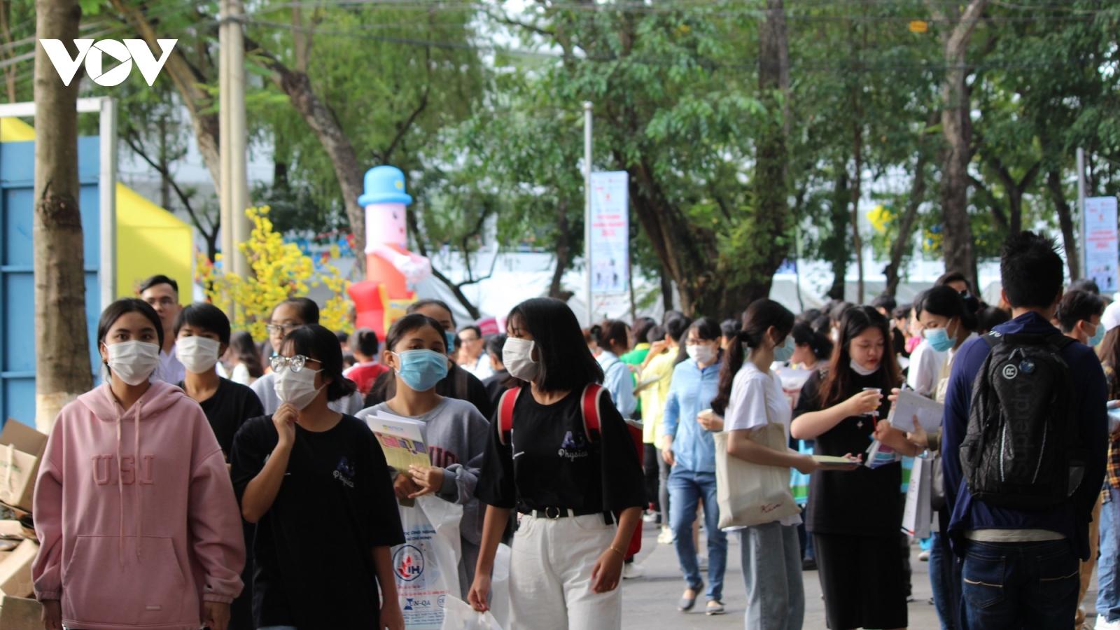 Hàng chục ngàn người tham gia ngày hội tư vấn tuyển sinh tại TPHCM