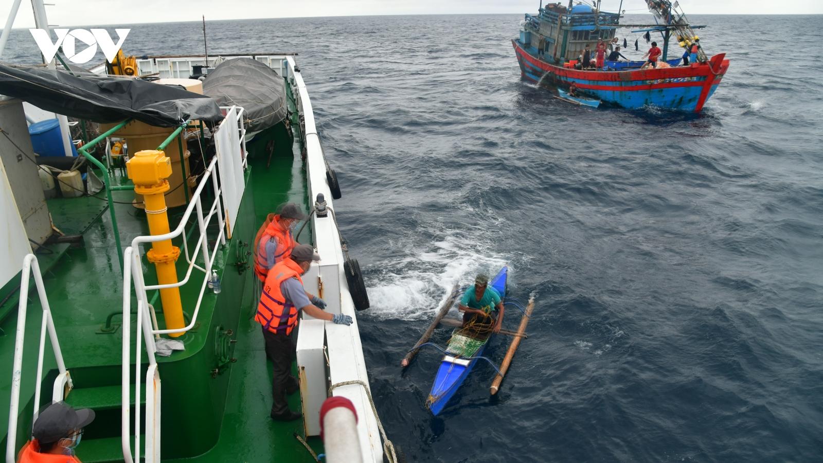 Tàu KN 472, Chi đội Kiểm ngư 4 tiếp nhận ngư dân Philipines, đưa vào đảo Song Tử Tây