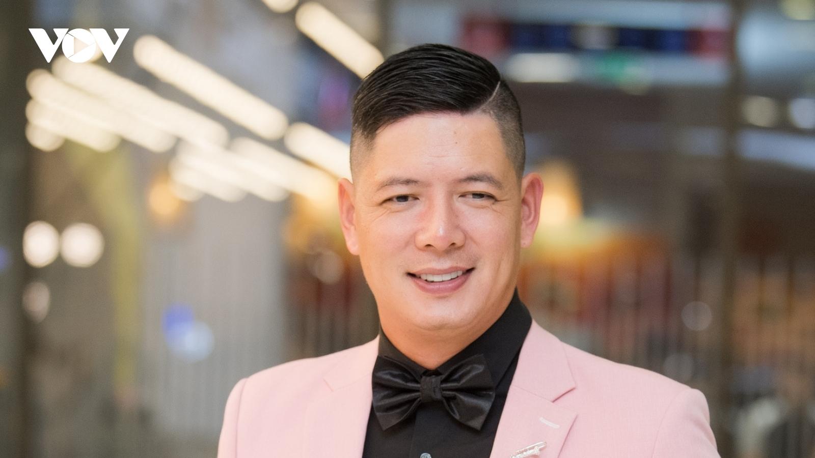 """Bình Minh diện suit hồng lịch lãm ra mắt phim """"Sám hối"""" tại Hà Nội"""