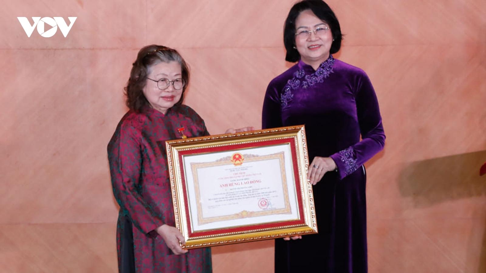 Trao tặng danh hiệu Anh hùng lao động thời kỳ đổi mới cho TTND.GS.TS Huỳnh Thị Phương Liên