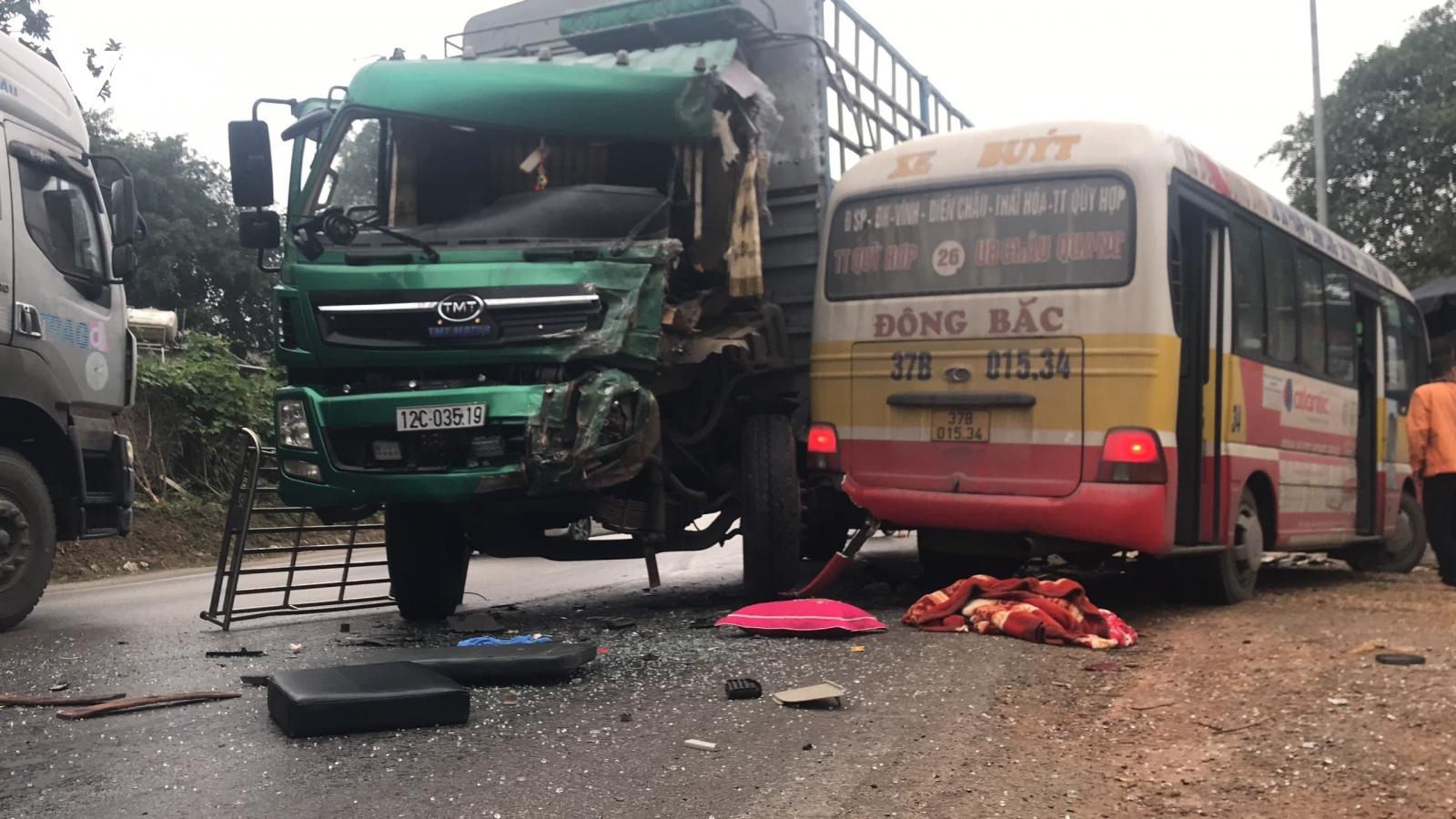 Xe buýt va chạm với xe tải trên quốc lộ, nhiều người bị thương