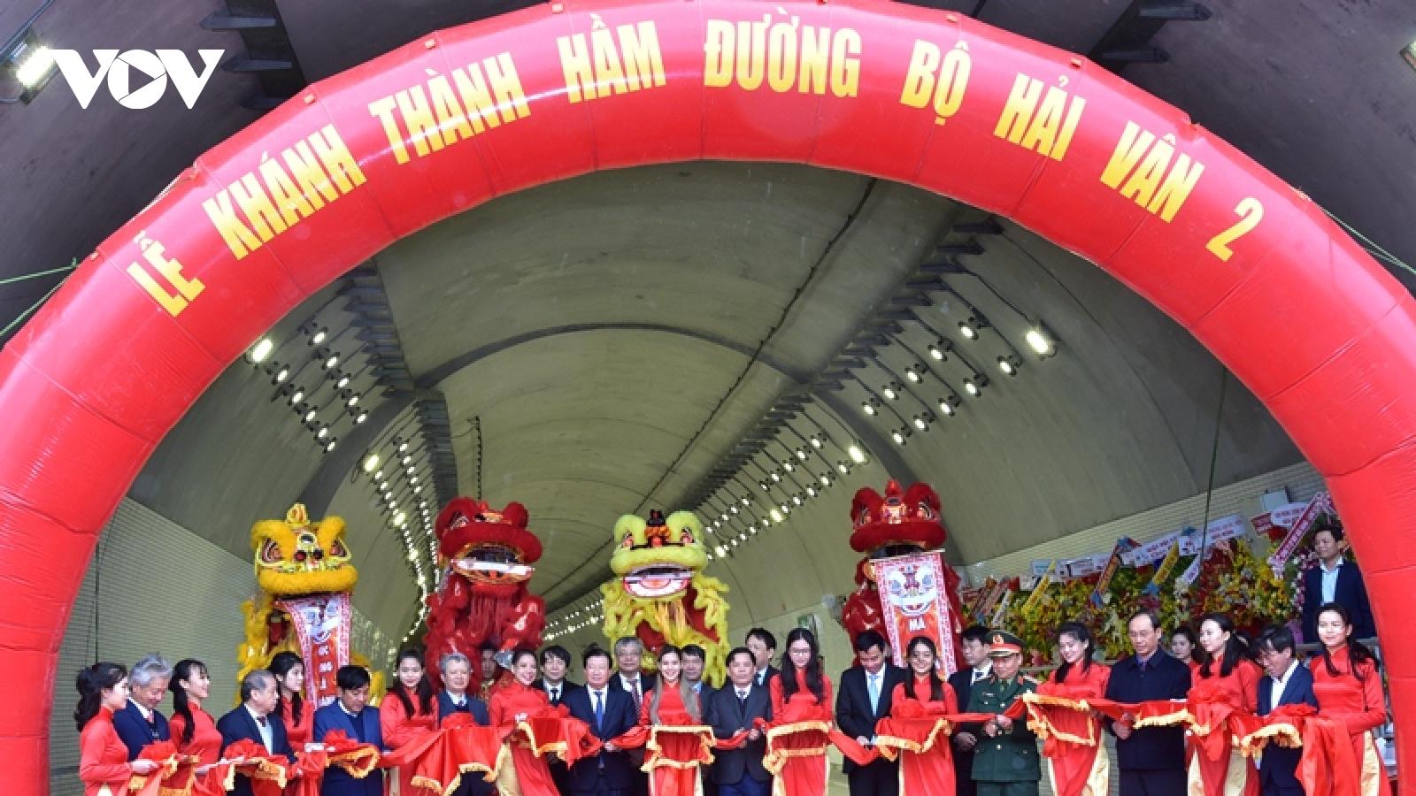 Phó Thủ tướng Trịnh Đình Dũng cắt băng thông xe hầm đường bộ Hải Vân 2