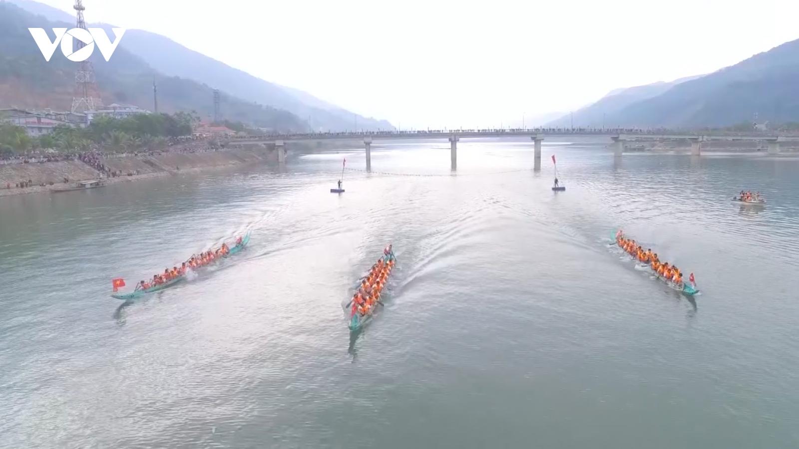 Rộn ràng khai hội đua thuyền đuôi én lần thứ 7 tại Thị xã Mường Lay