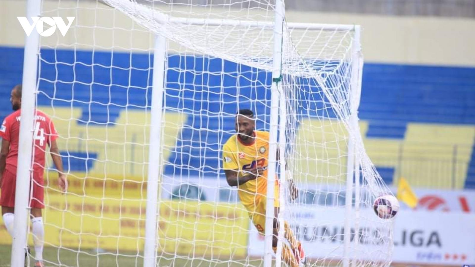 """Samson """"khai hỏa"""", Thanh Hóa thắng đậm Nam Định ở vòng 3 V-League 2021"""