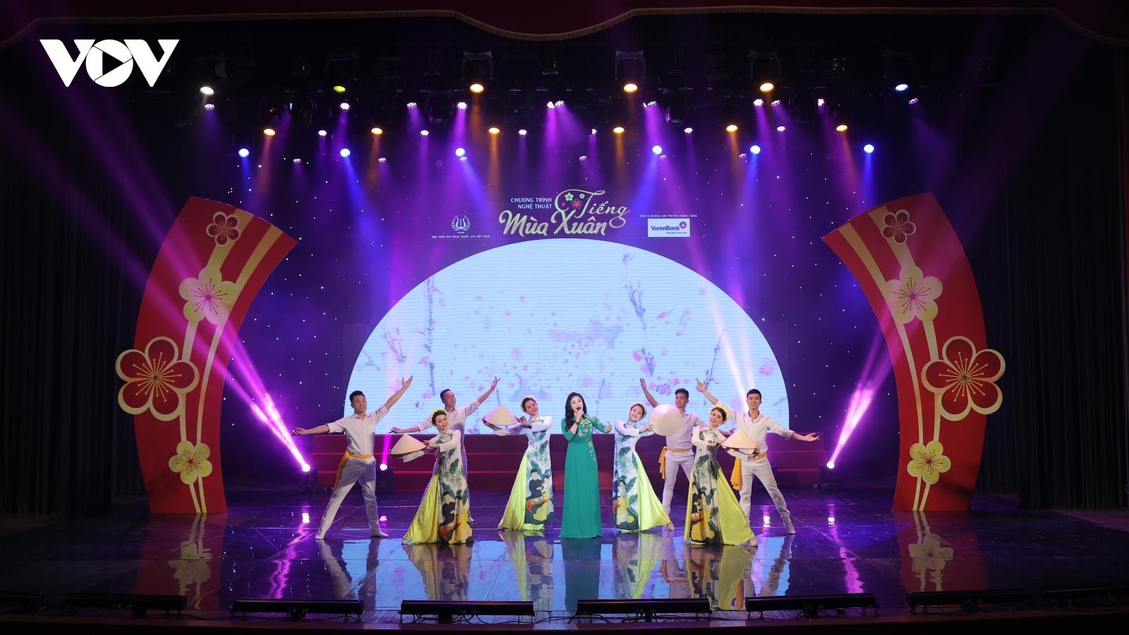 Sao Mai Bích Hồng cùng dàn nghệ sĩ hát mừng Đại hội XIII của Đảng