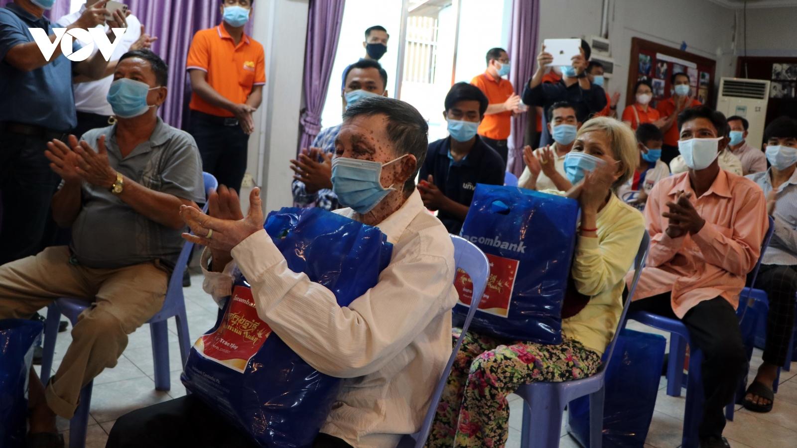 Chung tay chăm lo Tết cho bà con Việt kiều có hoàn cảnh khó khăn tại Campuchia