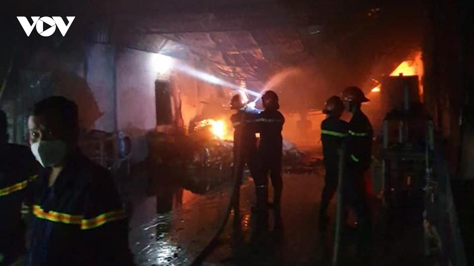 Khống chế đám cháy bảo vệ khu dân cư