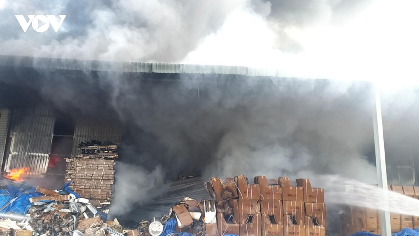 Cháy lớn tại kho chứa vật liệu xây dựng của một công ty ở Bình Dương