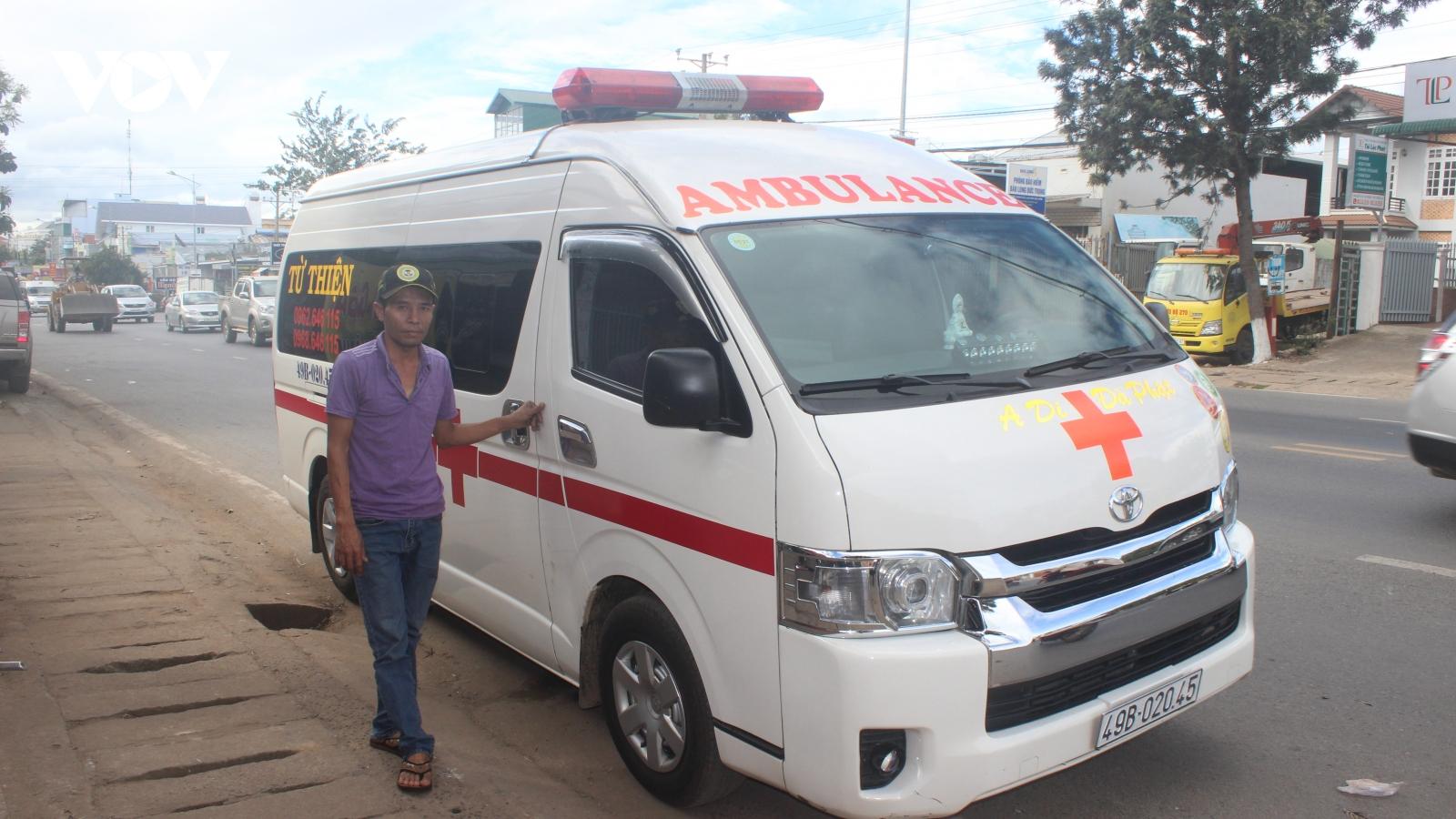 Nhóm bạn gom tiền mua xe cứu thương hỗ trợ người bệnh khó khăn