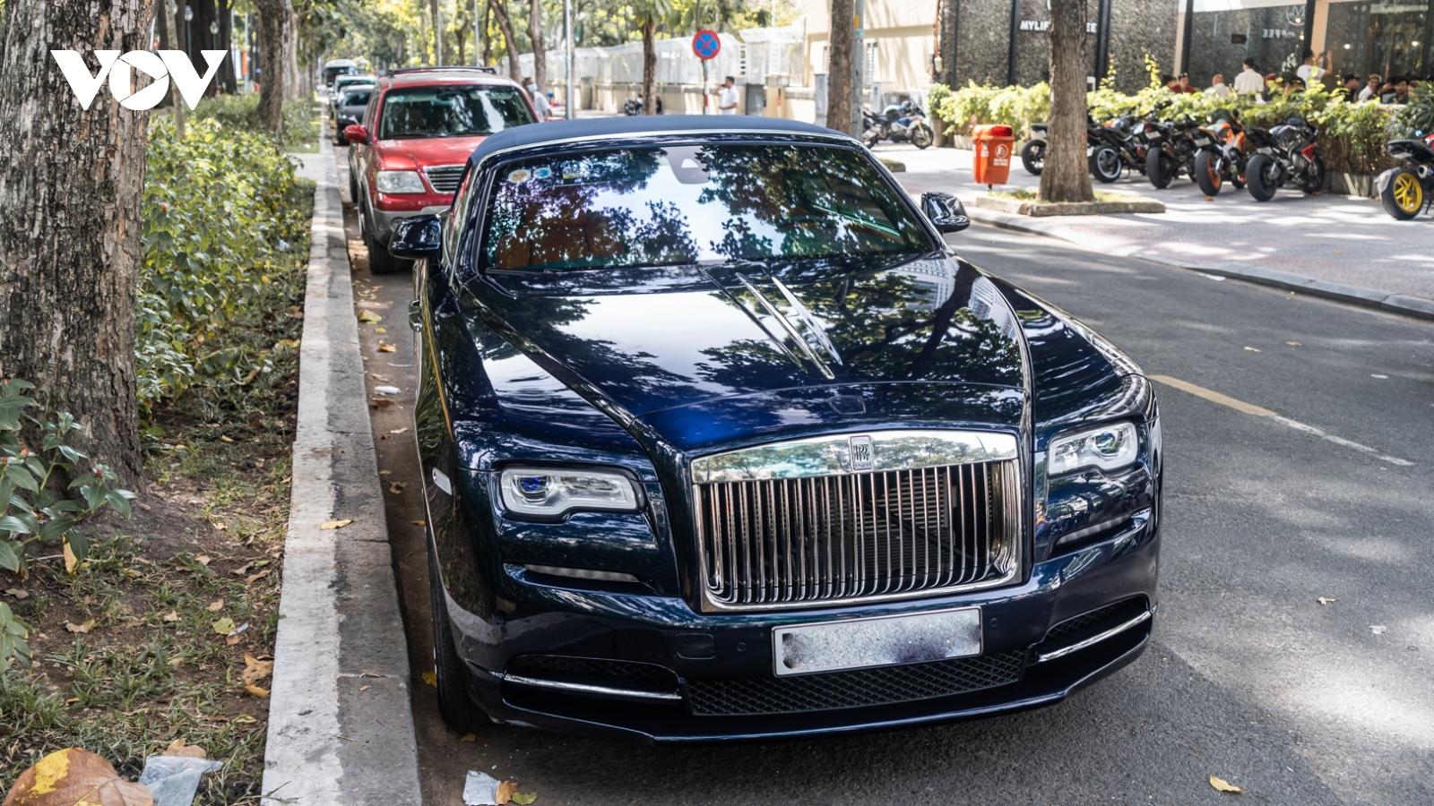 Bắt gặp Rolls-Royce Dawn độc nhất Việt Nam dạo phố ngày đầu năm mới