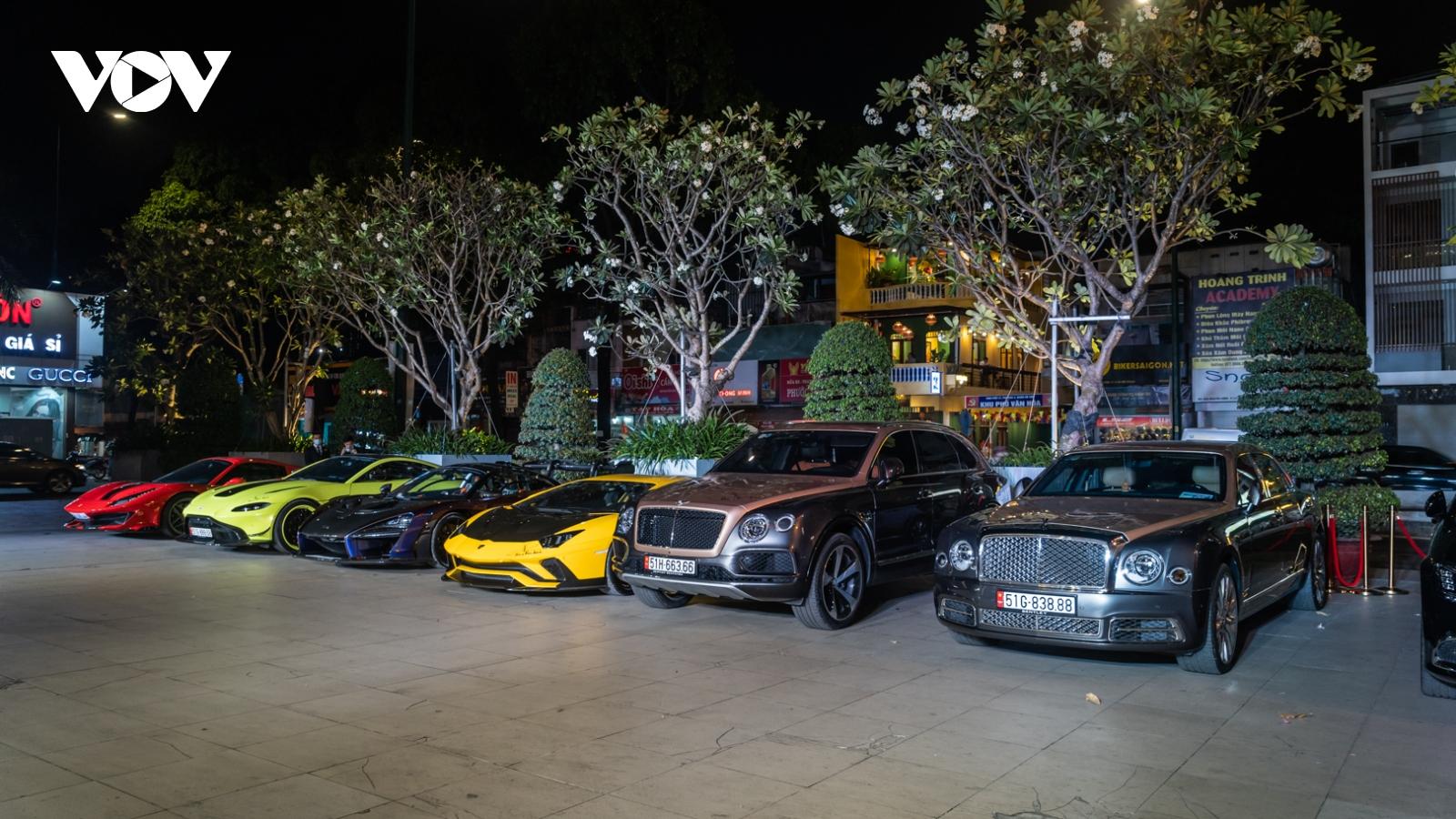 Cận cảnh dàn siêu xe trăm tỷ tụ họp tại tiệc tất niên ở Sài Gòn