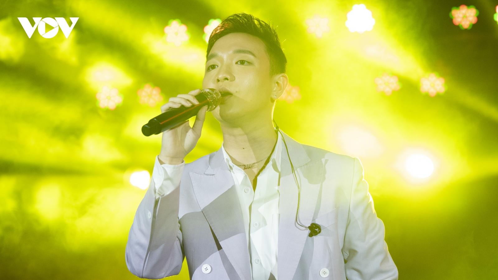 """Hoàng Dũng hé lộ món quà bí mật dành tặng khán giả Hà Nội trong liveshow """"25"""""""