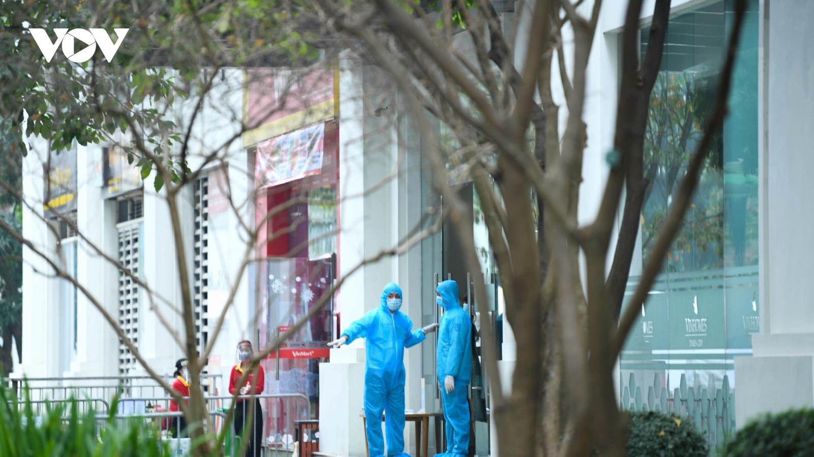 Phong tỏa Tòa T6 Times City (Hà Nội): Nườm nượp cảnh tiếp tế nhu yếu phẩm