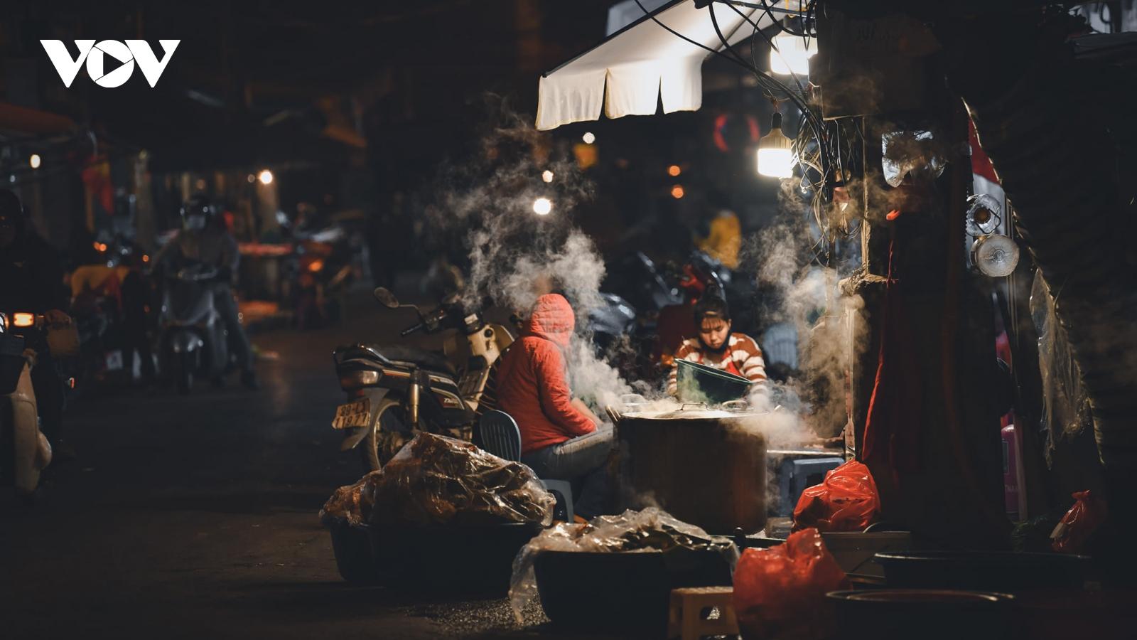 Khoảnh khắc đường phố bình dị đậm chất Hà Nội những ngày giáp Tết