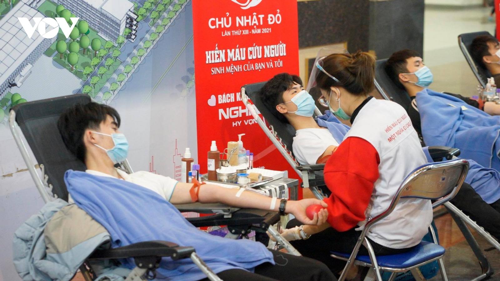 Sinh viên đi hiến máu bất chấp trời giá rét