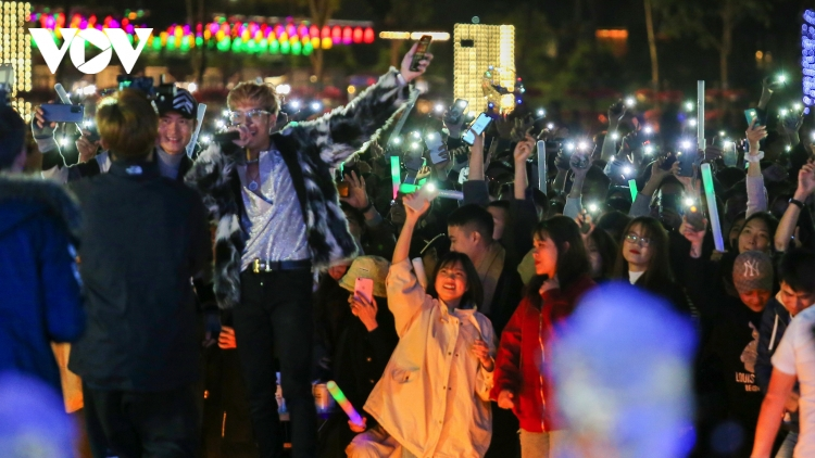 Người dân và du khách tại Quảng Ninh đón chào năm mới 2021