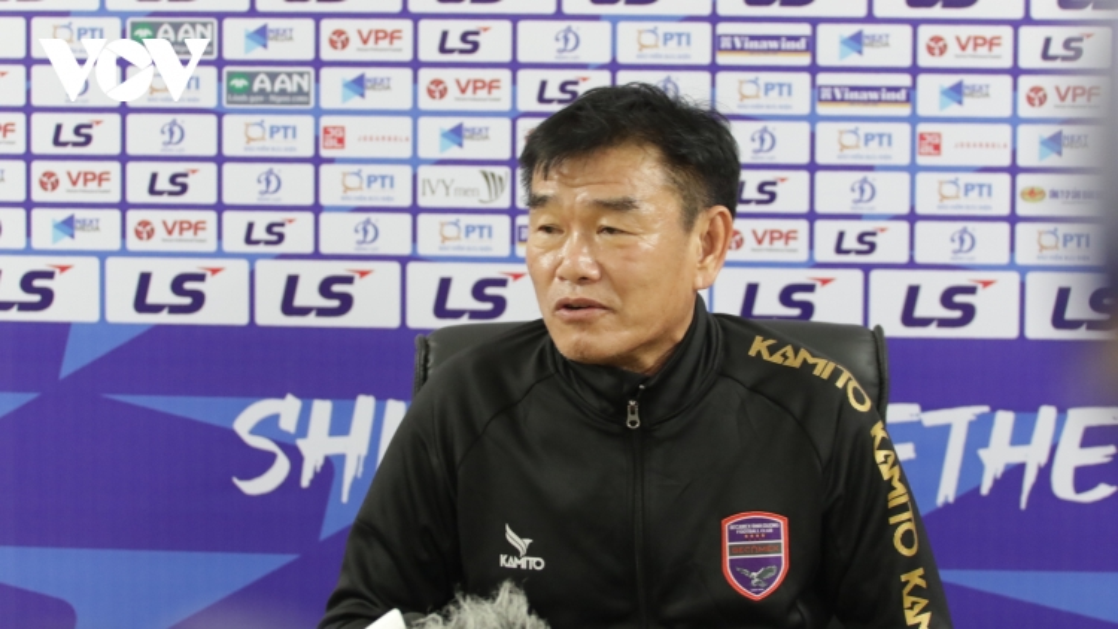 """HLV Phan Thanh Hùng """"động viên"""" đồng nghiệp Chu Đình Nghiêm khi Hà Nội FC thua Bình Dương"""