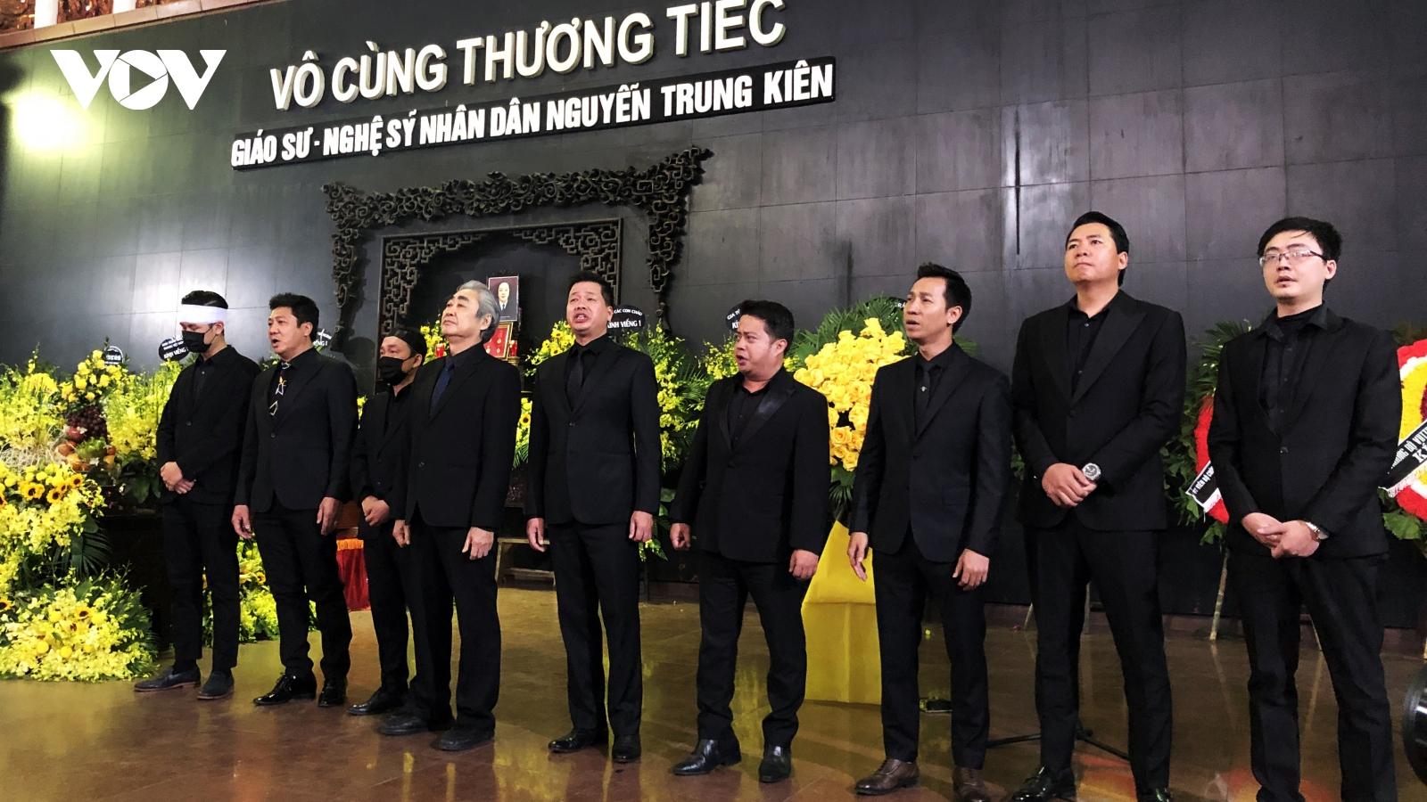 """Đồng nghiệp, học trò nghẹn ngào hát """"Tình ca"""" tiễn biệt NSND Trung Kiên"""
