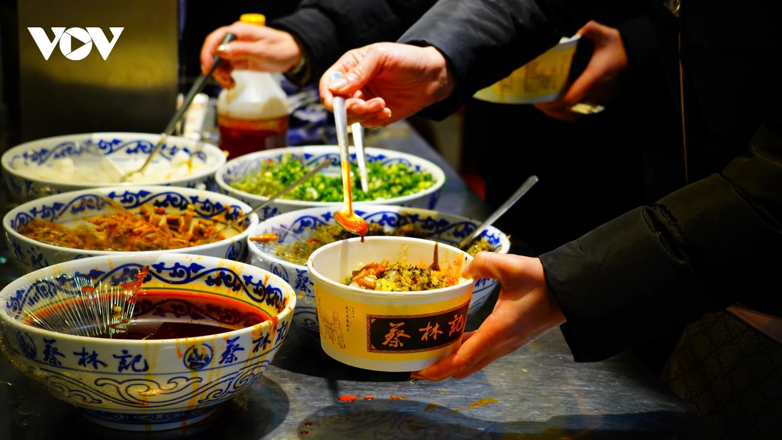 Người Vũ Hán và những bát mỳ trộn nóng vượt qua đại dịch Covid-19