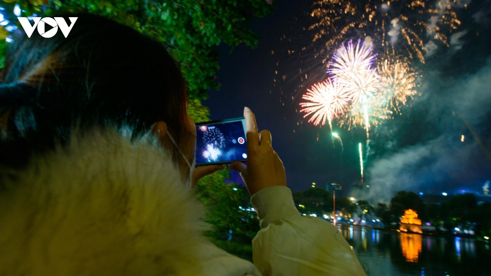 Pháo hoa rực sáng bầu trời hồ Hoàn Kiếm chào đón 2021