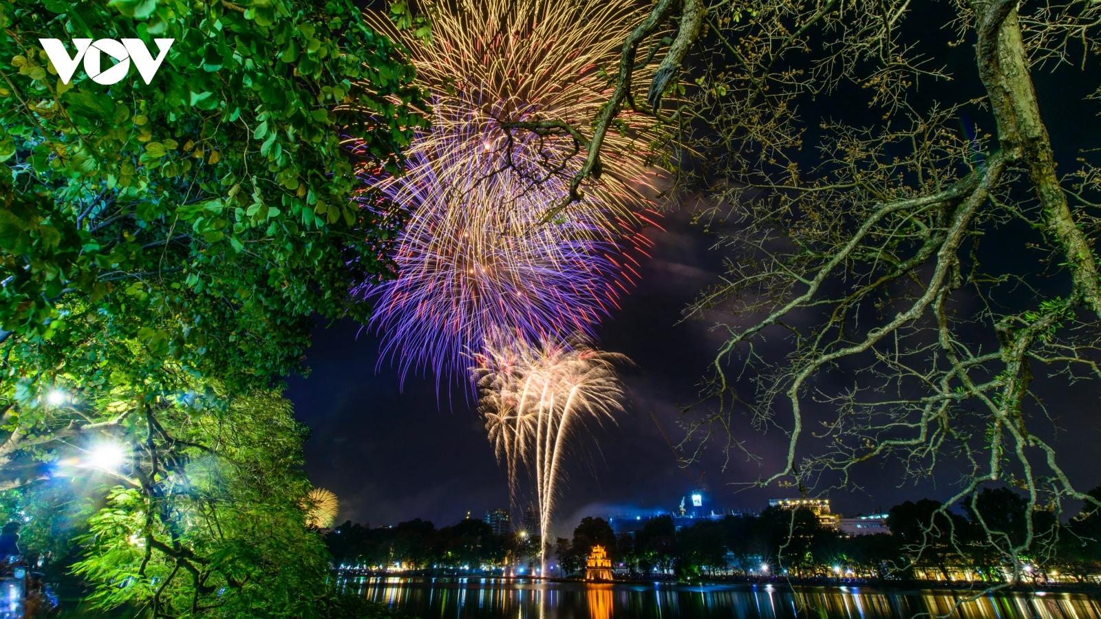 Mãn nhãn với màn pháo hoa rực rỡ, biến ảo tại hồ Hoàn Kiếm