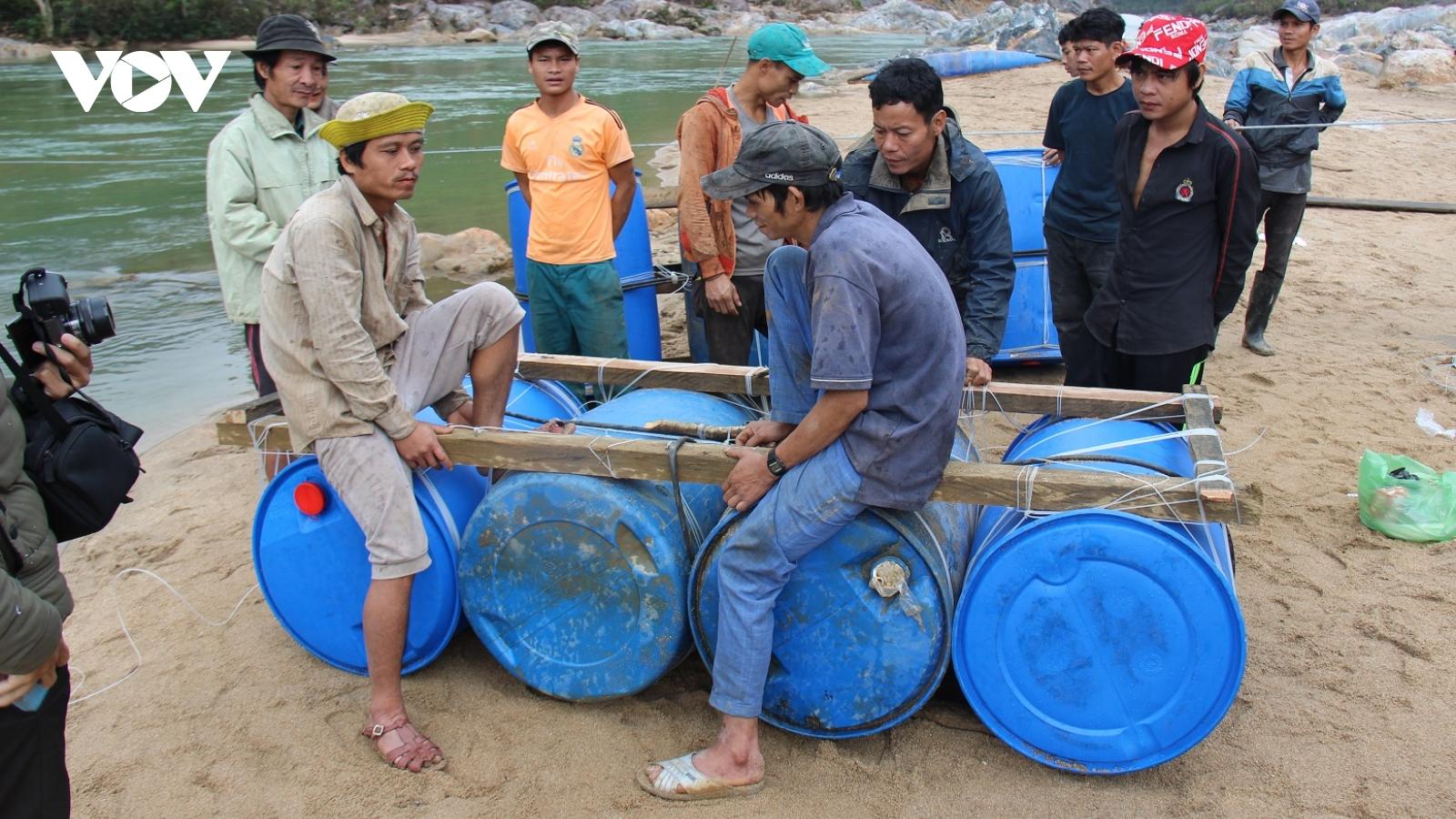 Không có cầu, người dân làng Tắc Rối, tỉnh Quảng Nam làm bè vượt sông Tranh