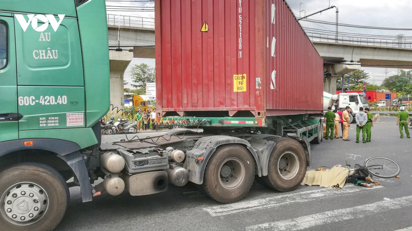 Va chạm xe container, một bà cụ bị cán qua người tử vong