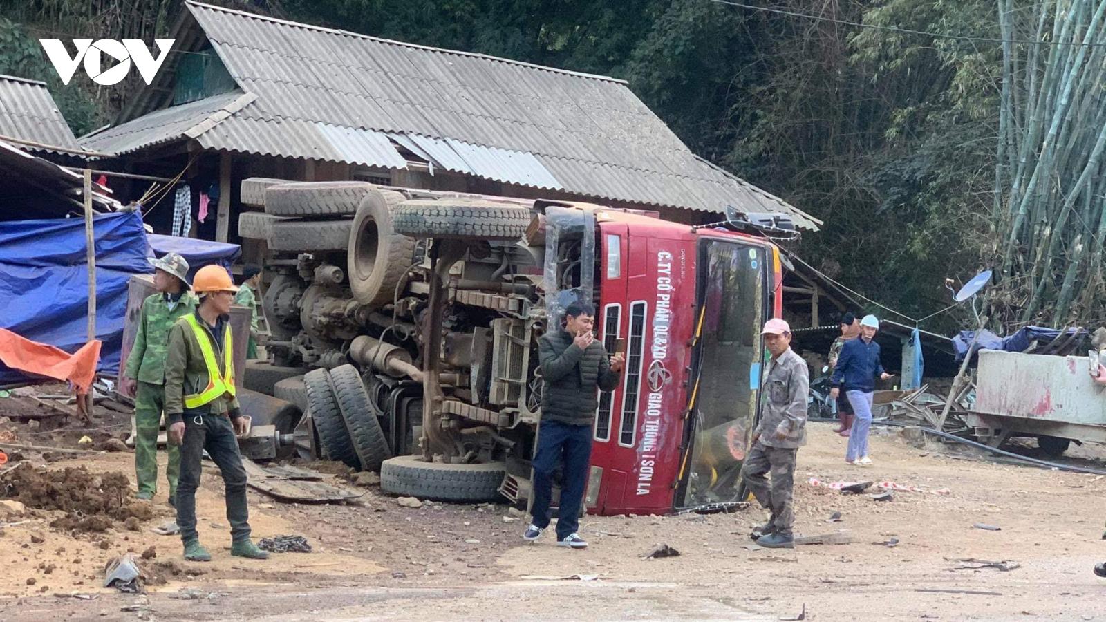Ô tô tải va chạm với 2 xe ben, 1 người bị thương nặng