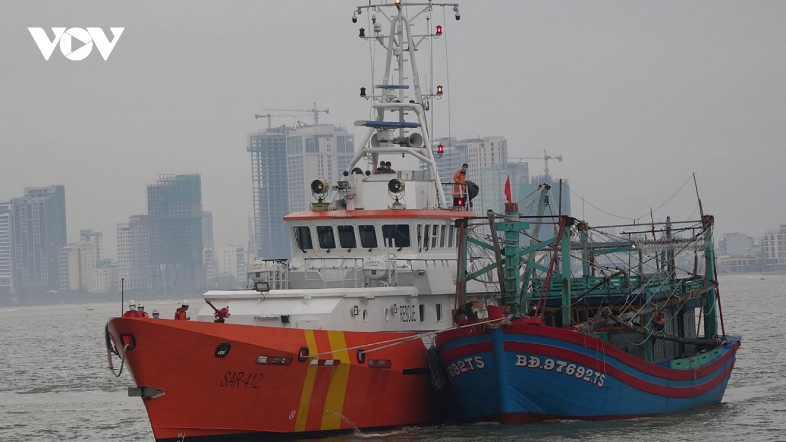 Tàu cá cùng 7 ngư dân gặp nạn trên biển