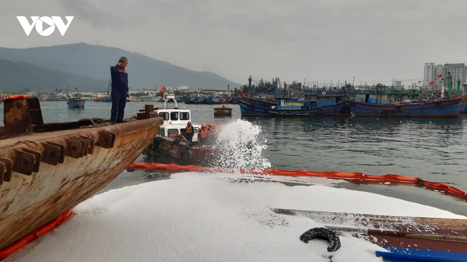 Chìm tàu, dầu tràn ra cảng cá Thọ Quang, Đà Nẵng
