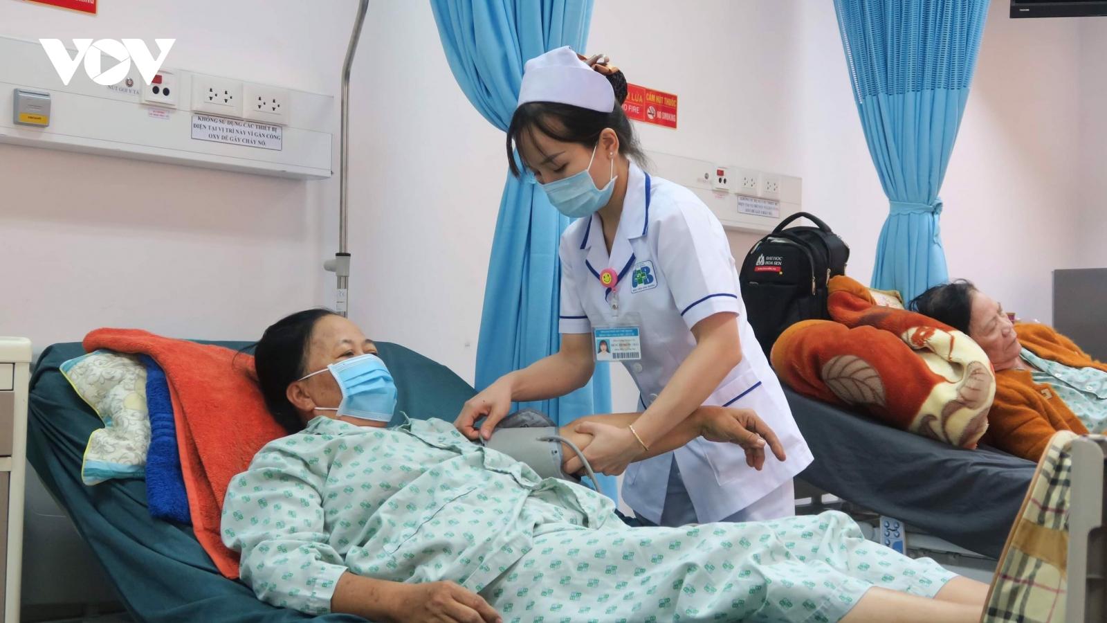 Thông tuyến tỉnh bảo hiểm y tế: Dân mừng, bệnh viện lo