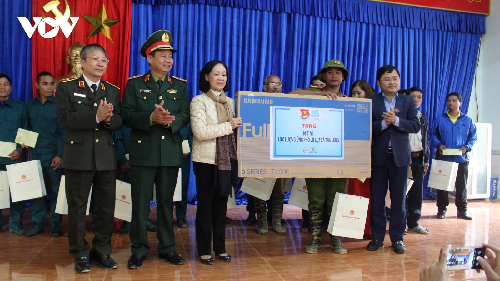 Bà Trương Thị Mai thăm và tặng quà người dân xã Trà Leng
