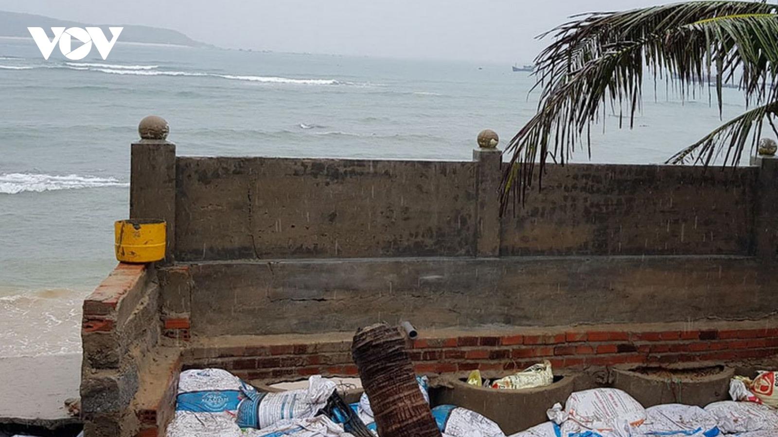 Triều cườnguy hiếp khu dân cư ven biển Phú Yên