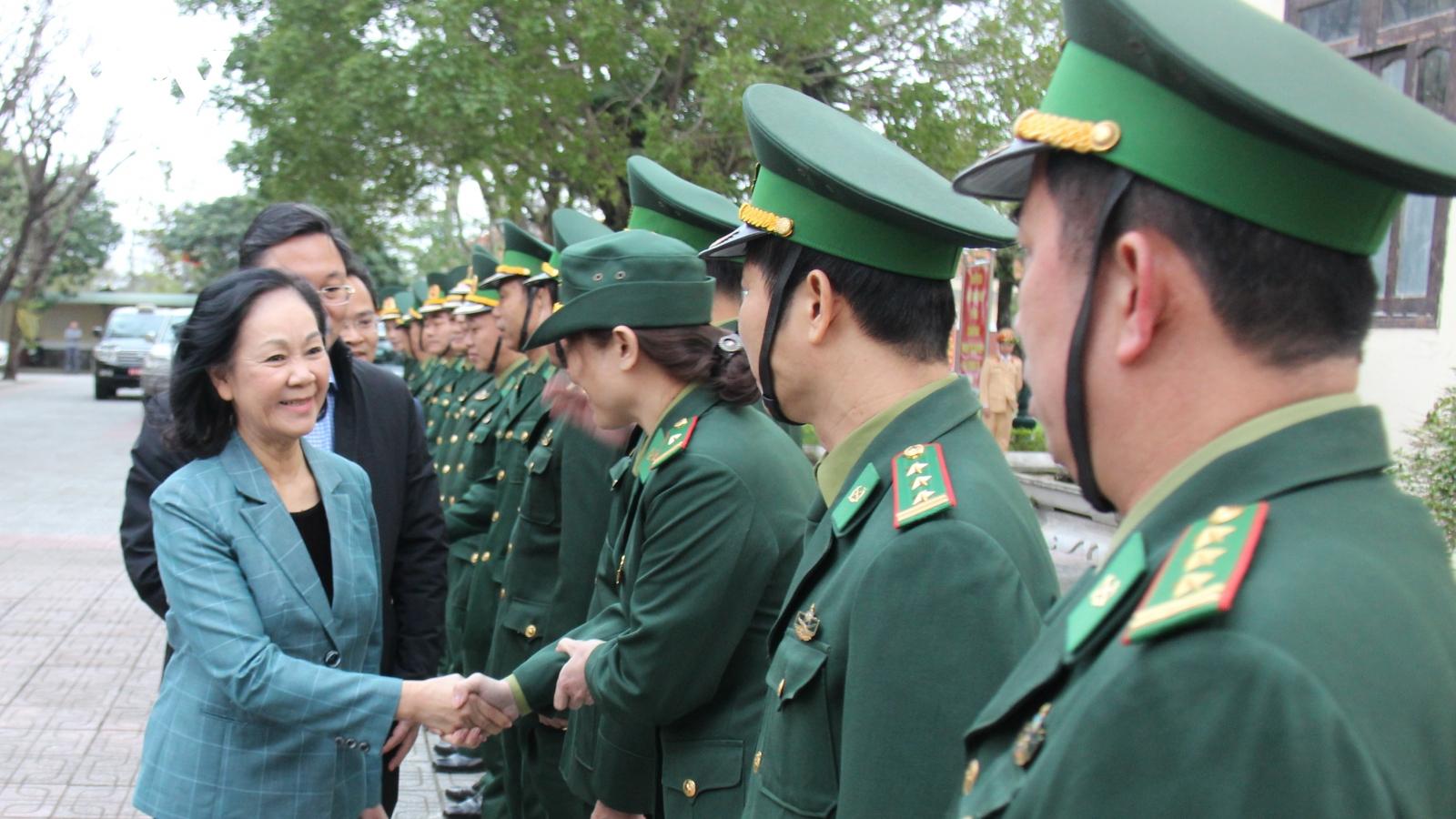 Bà Trương Thị Mai thăm lực lượng Quân đội tại Quảng Nam