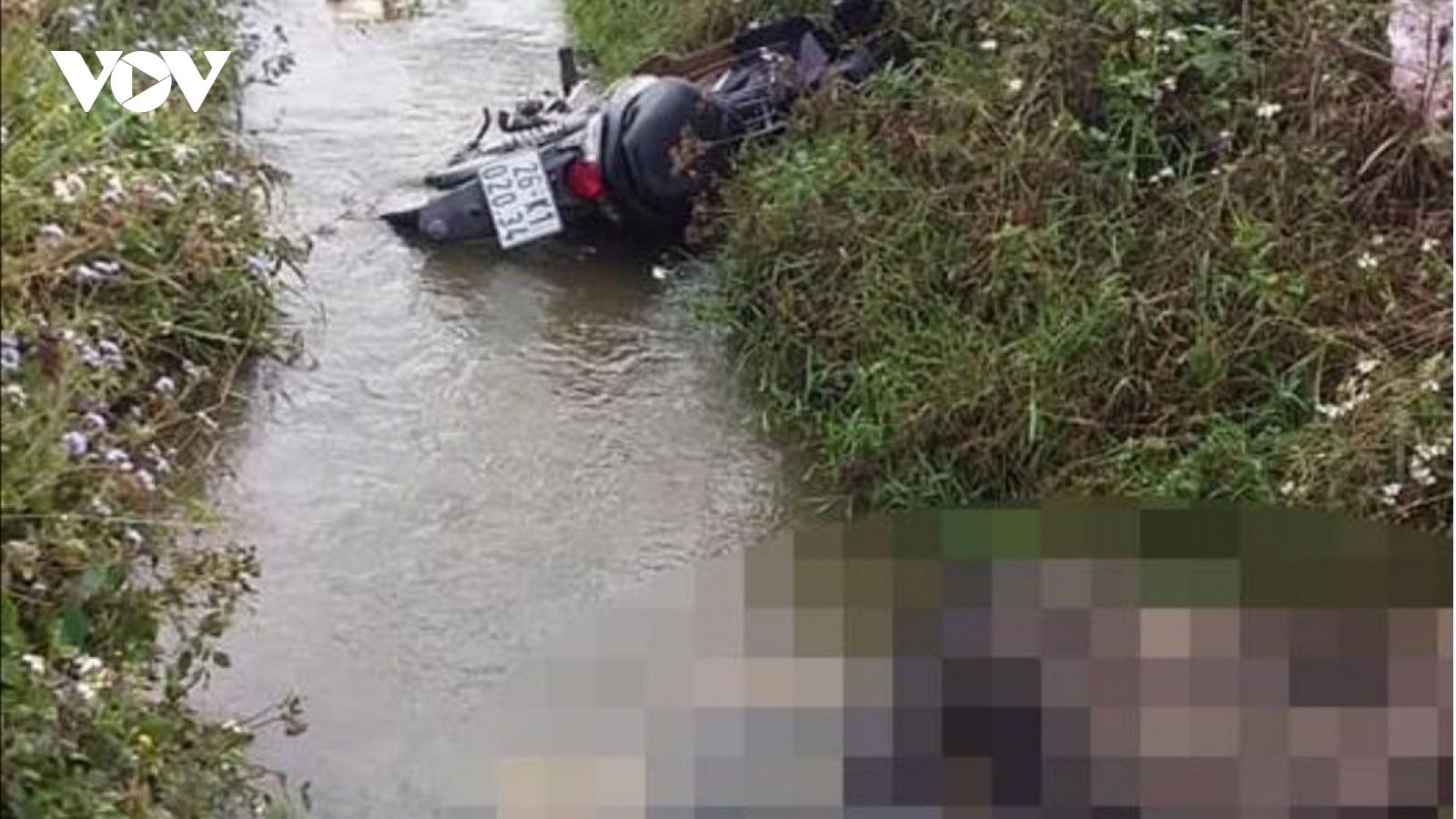 Phát hiện 1 người đàn ông tử vong dưới mương nước cạnh Quốc lộ 6