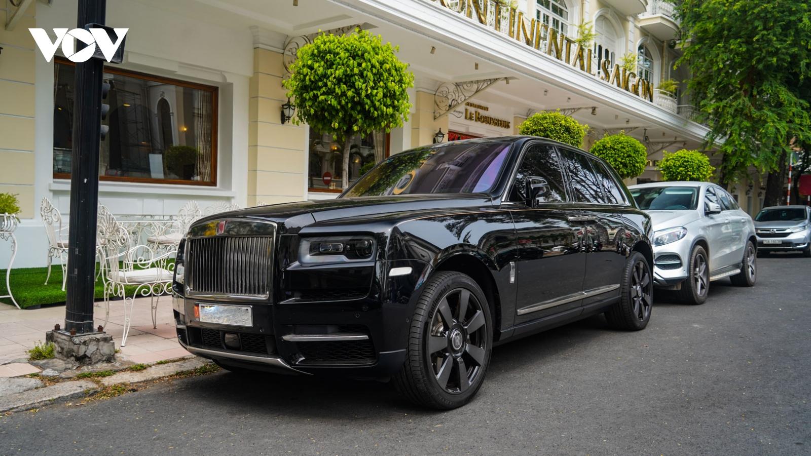 SUV hơn 40 tỷ đồng - Rolls-Royce Cullinan khoe dáng trên phố ngày cuối tuần