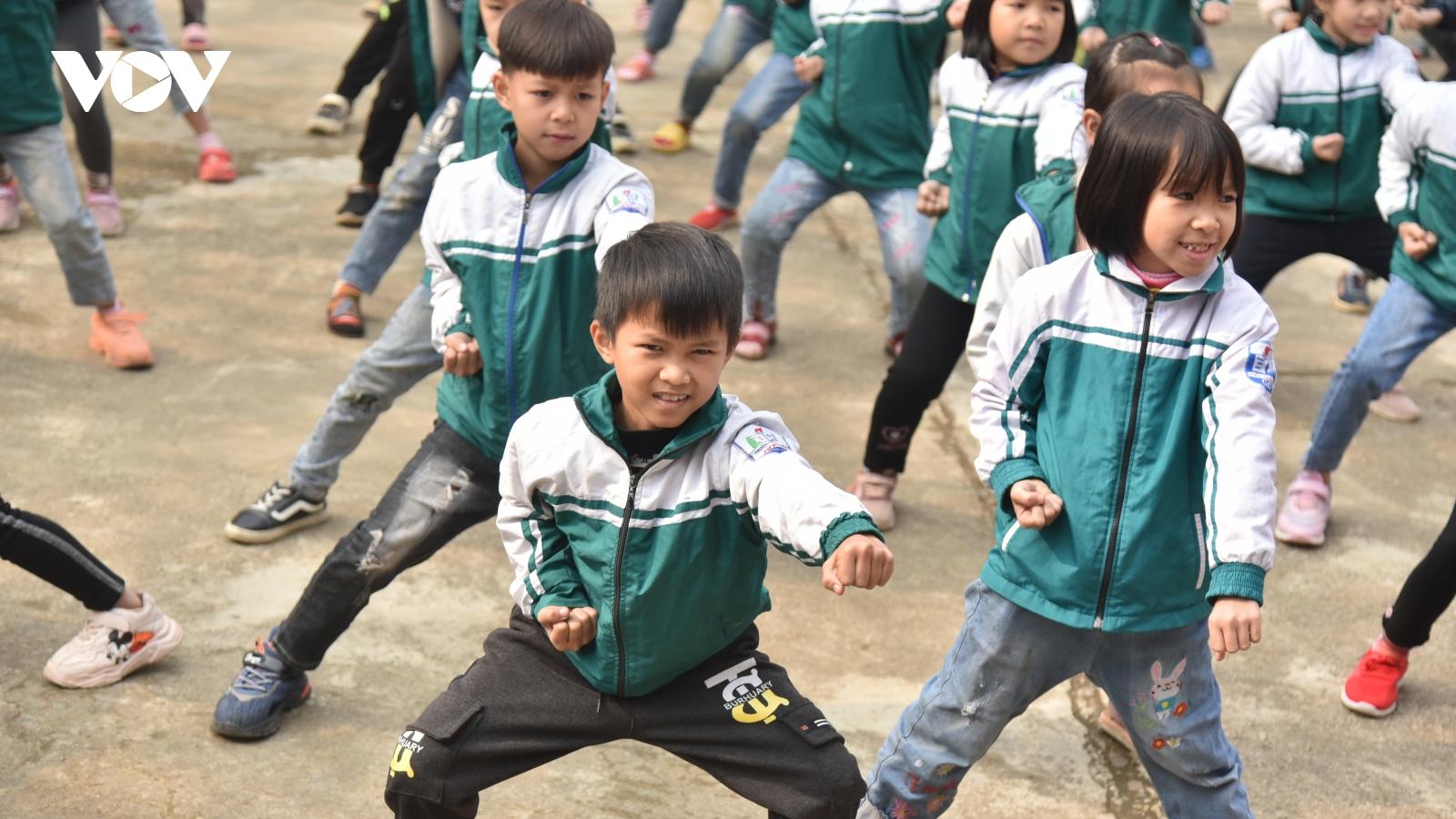 Học sinh Phú Thọ tập võ cổ truyền, hát xoan thay tập thể dục giữa giờ