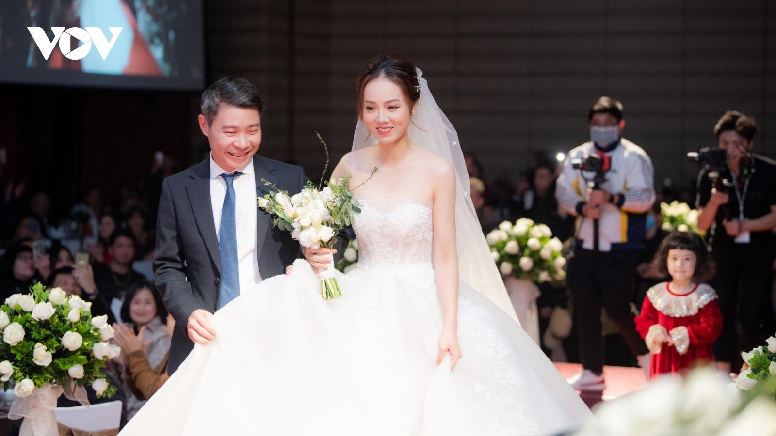 Cô dâu kém 15 tuổi của NSND Công Lý rạng ngời hạnh phúc trong ngày cưới