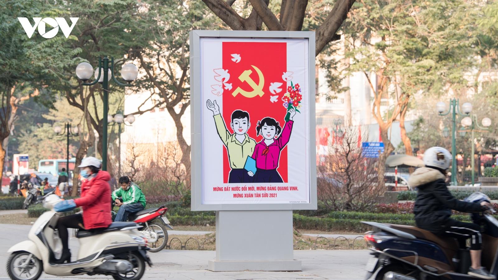Đường phố Hà Nội rực rỡ tranh cổ động trước thềm Đại hội lần thứ XIII của Đảng