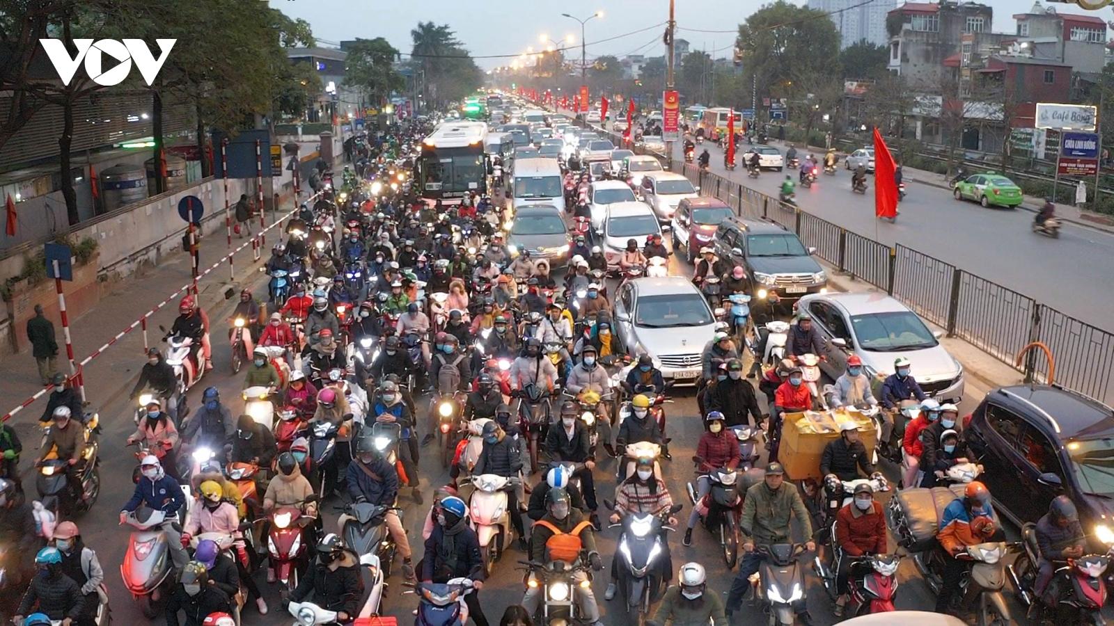 Người dân đổ về sau 3 ngày nghỉ Tết Dương lịch, cửa ngõ Thủ đô ùn tắc kéo dài