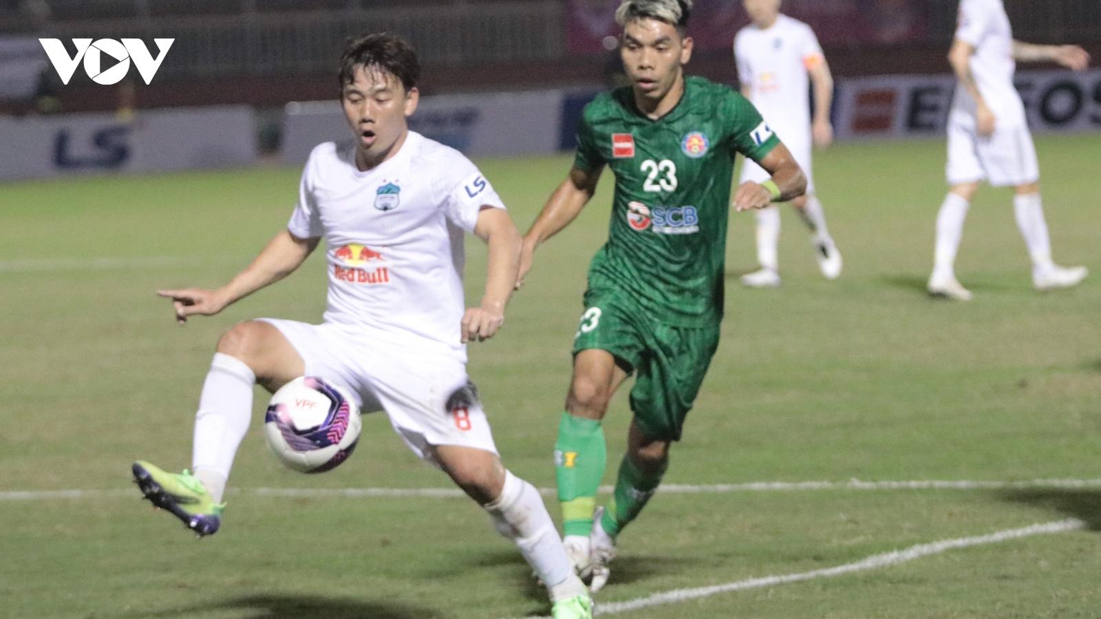 HLV Kiatisuk động viên các học trò sau trận thua Sài Gòn FC
