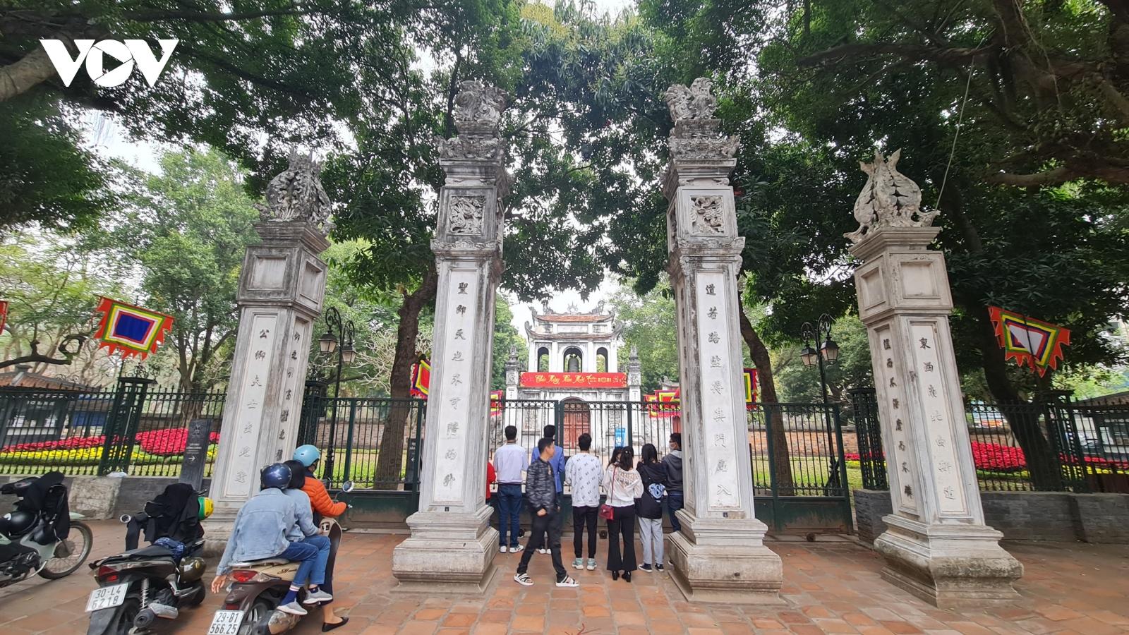 Đền chùa đóng cửa, người dân vẫn đến lễ vọng