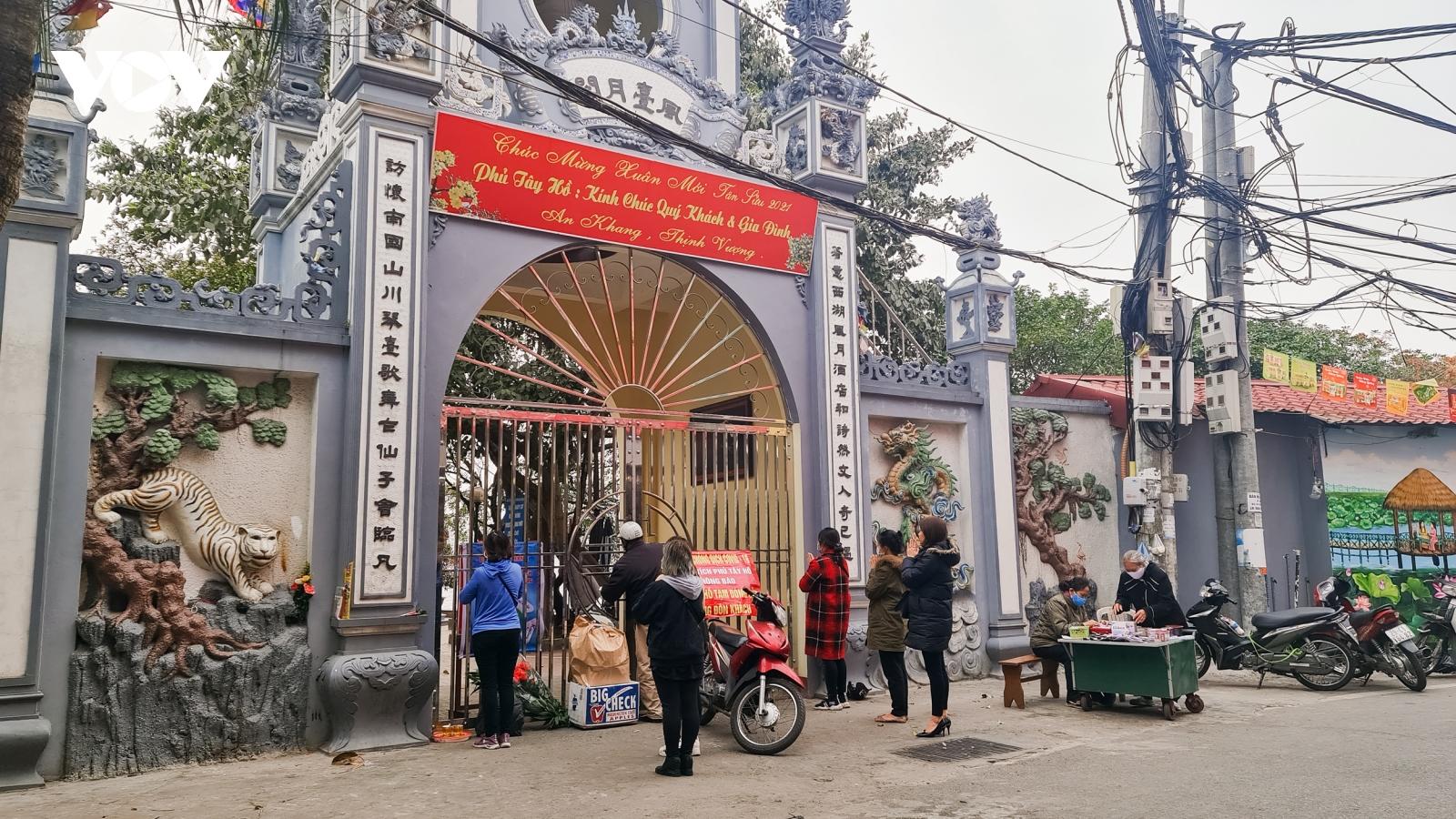 Clip: Người dân lễ vọng khi đền, chùa, di tích đóng cửa phòng dịch Covid-19